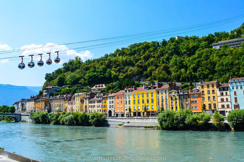 Les téléphériques de la Bastille depuis les quais - Grenoble, France