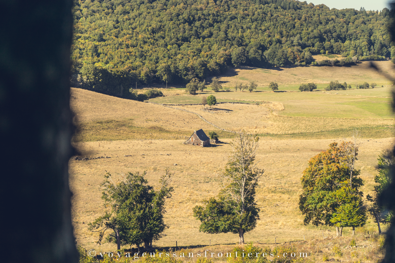 Vue sur un buron lors de notre balade en VTT Electrique - Lozère, France